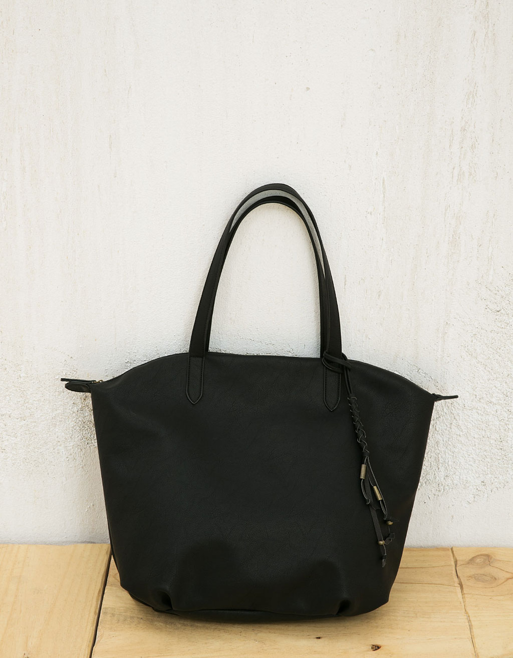 Shopper bag with zipper