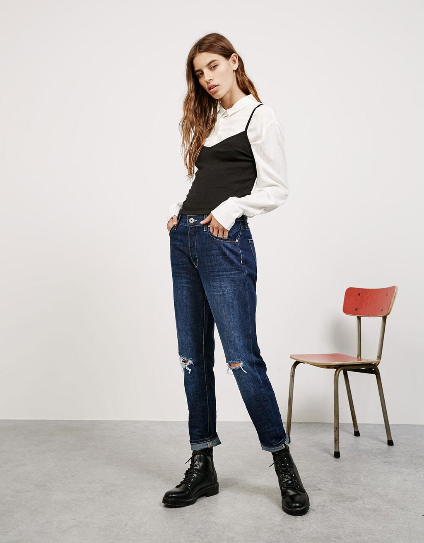 Jeans slim boyfriend confort strappati sulle ginocchia
