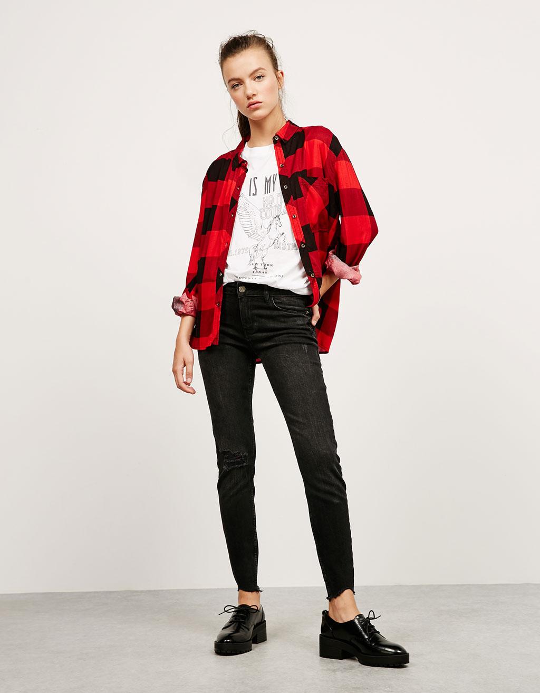 Jeans skinny medium rise rotos y bajos cortados