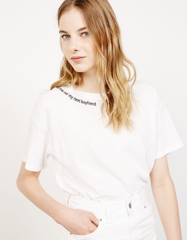 Camiseta estampada en cuello y mangas