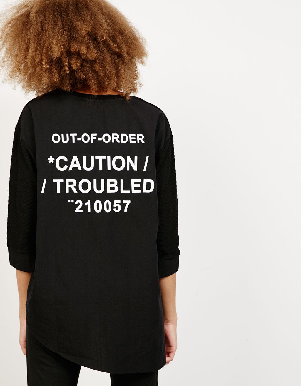 Kombinované asymetrické tričko s nápisem