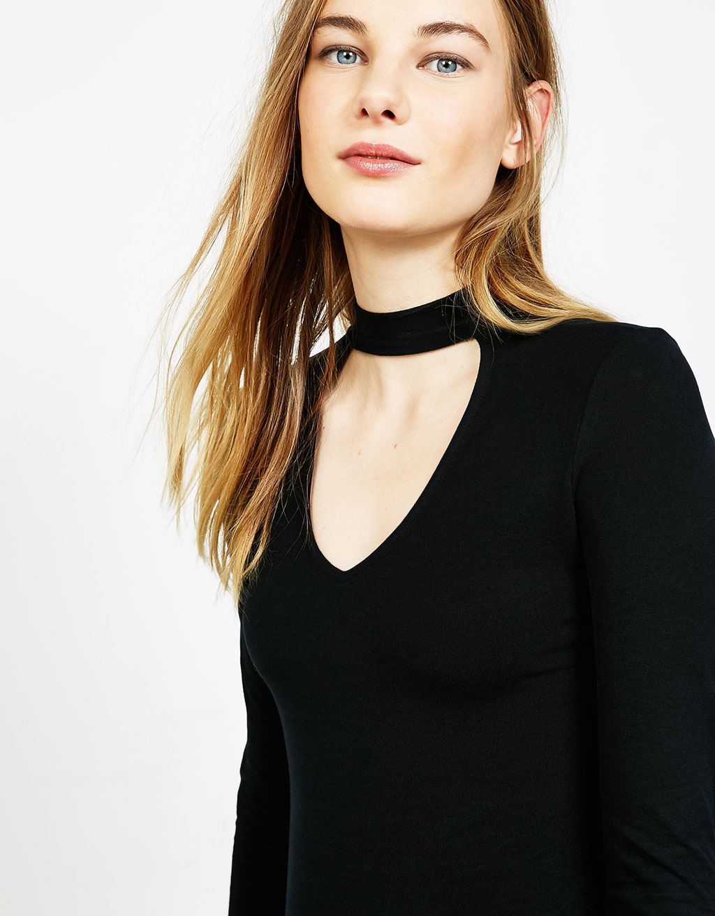 V-neck choker T-shirt