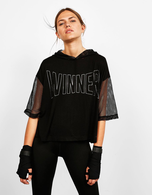 Camiseta sport con capucha texto
