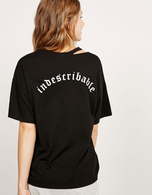 Camiseta cuello abierto texto espalda