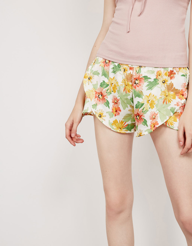 Splývavé šortky s květinovým potiskem