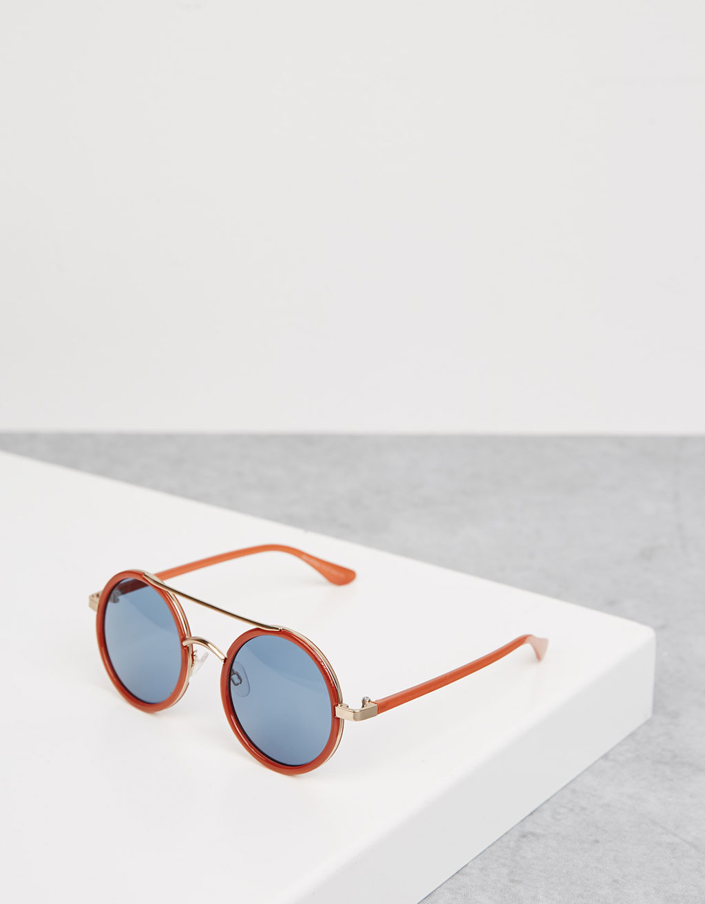 Round sunglasses with red frame