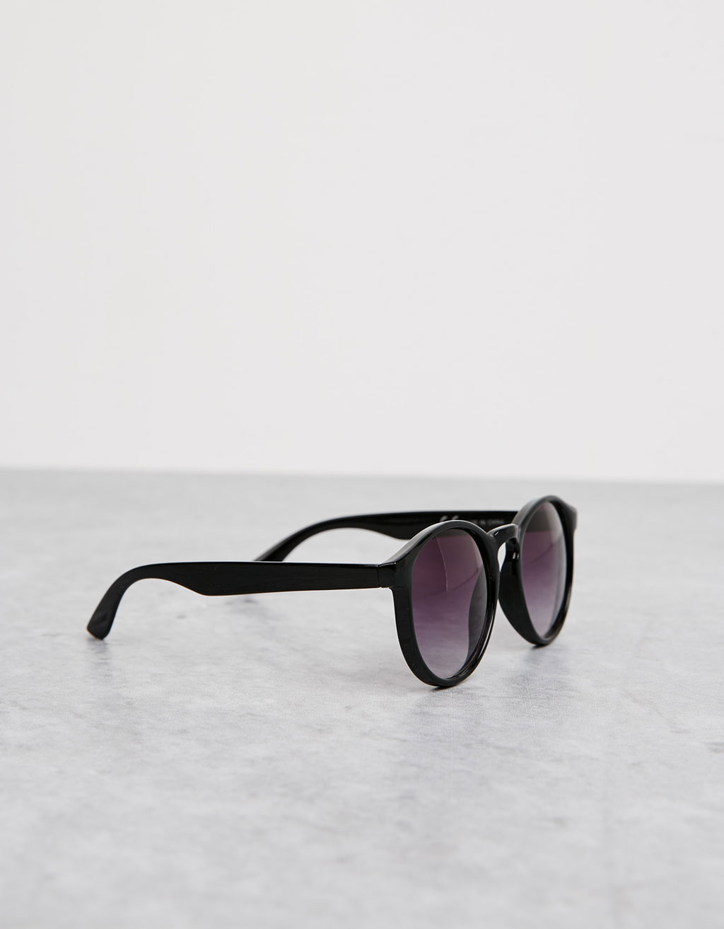 Round black sunglasses with dégradé lenses