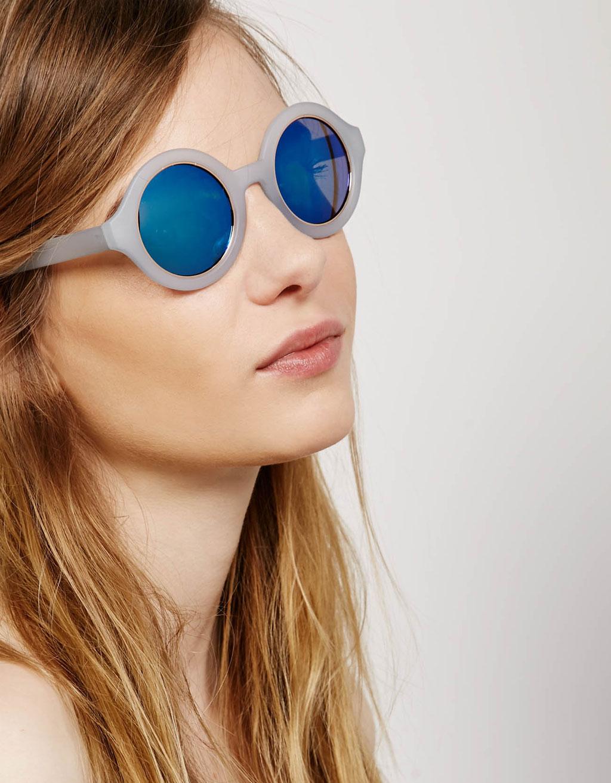 Apaļas brilles ar gaiši zilu rāmi