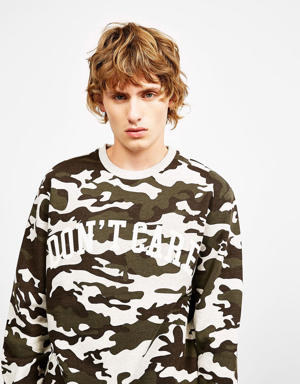 Sweat-shirt en camouflage avec texte