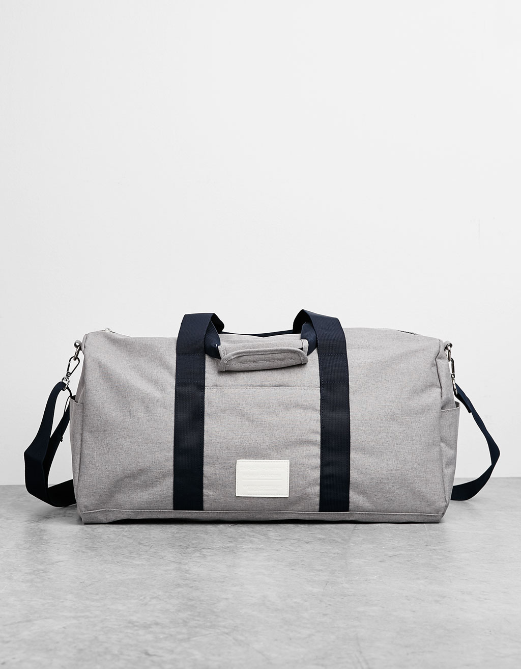 Weekend bag with contrasting straps
