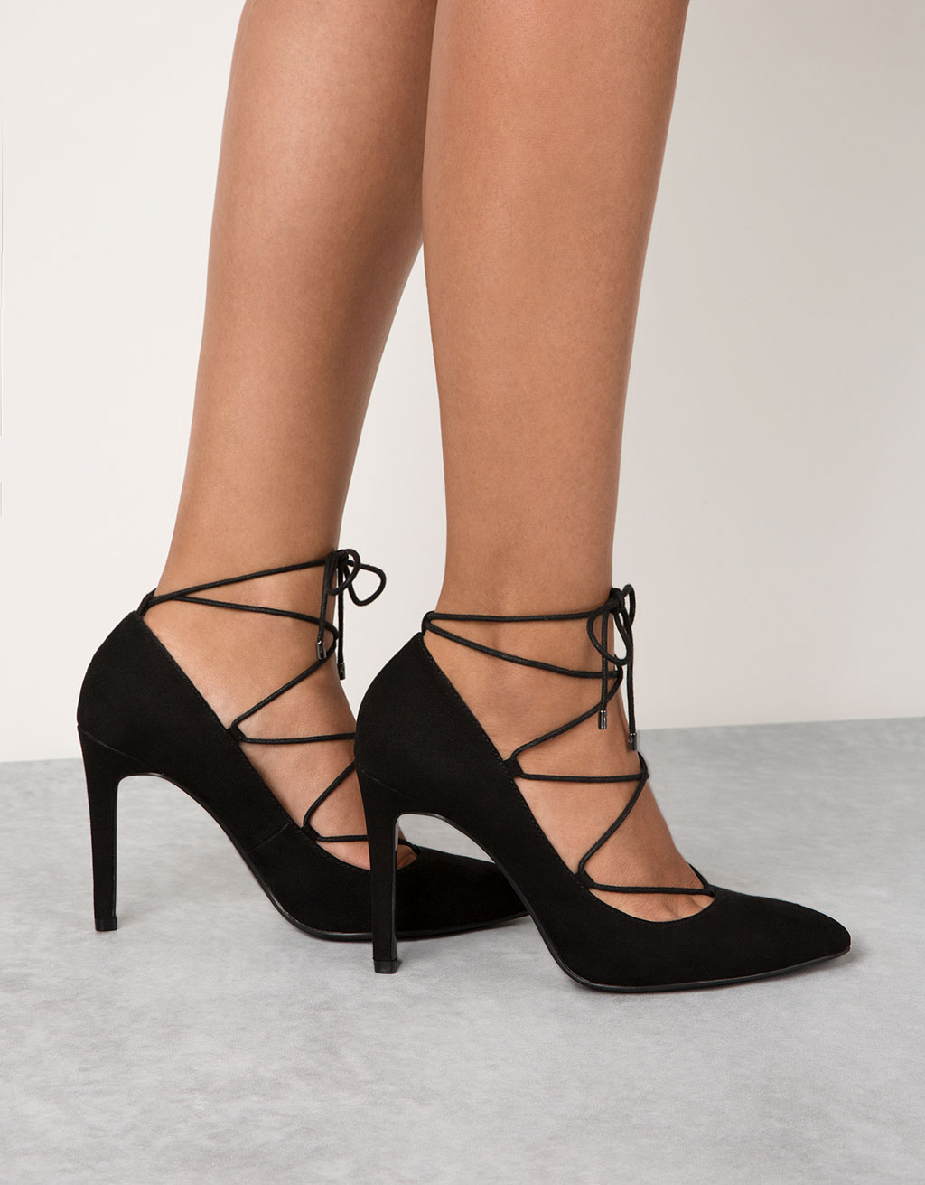 Fine heel, lace-up pumps