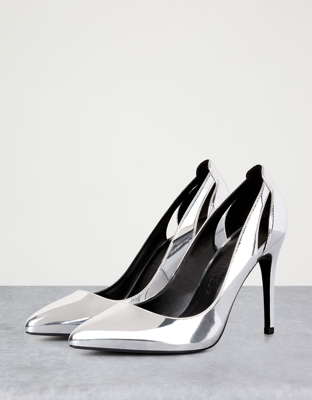 Fine heeled metallic shoes