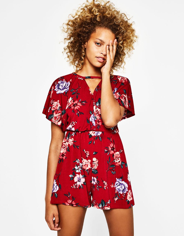 Κοντή φόρμα τσόκερ και λουλούδια