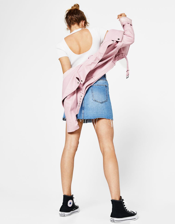 Sweter z krótkim rękawem i dekoltem z chokerem na plecach