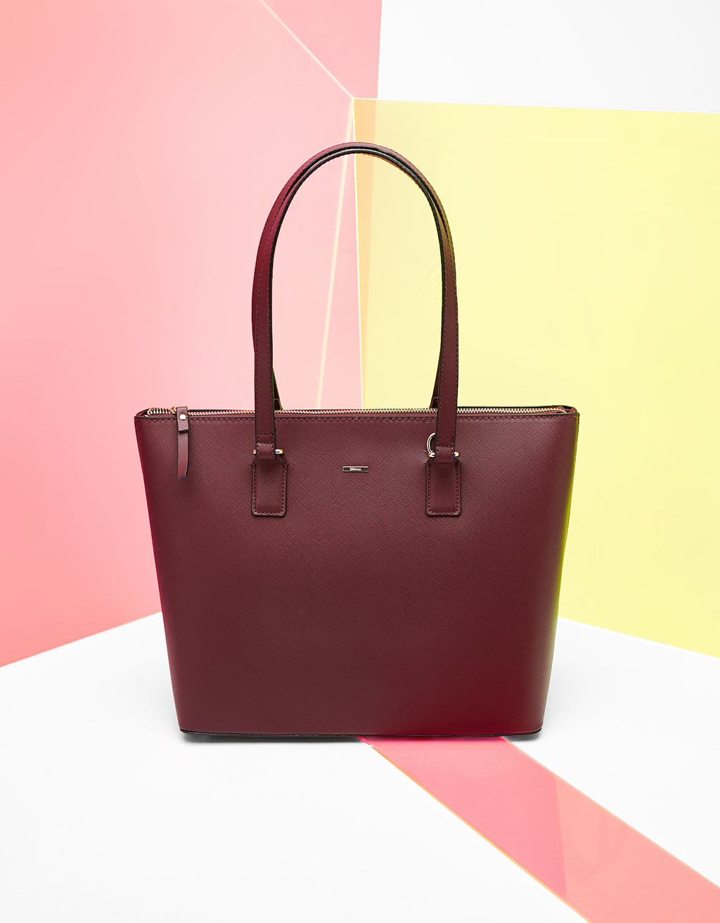 Textured tote bag with zip fastening