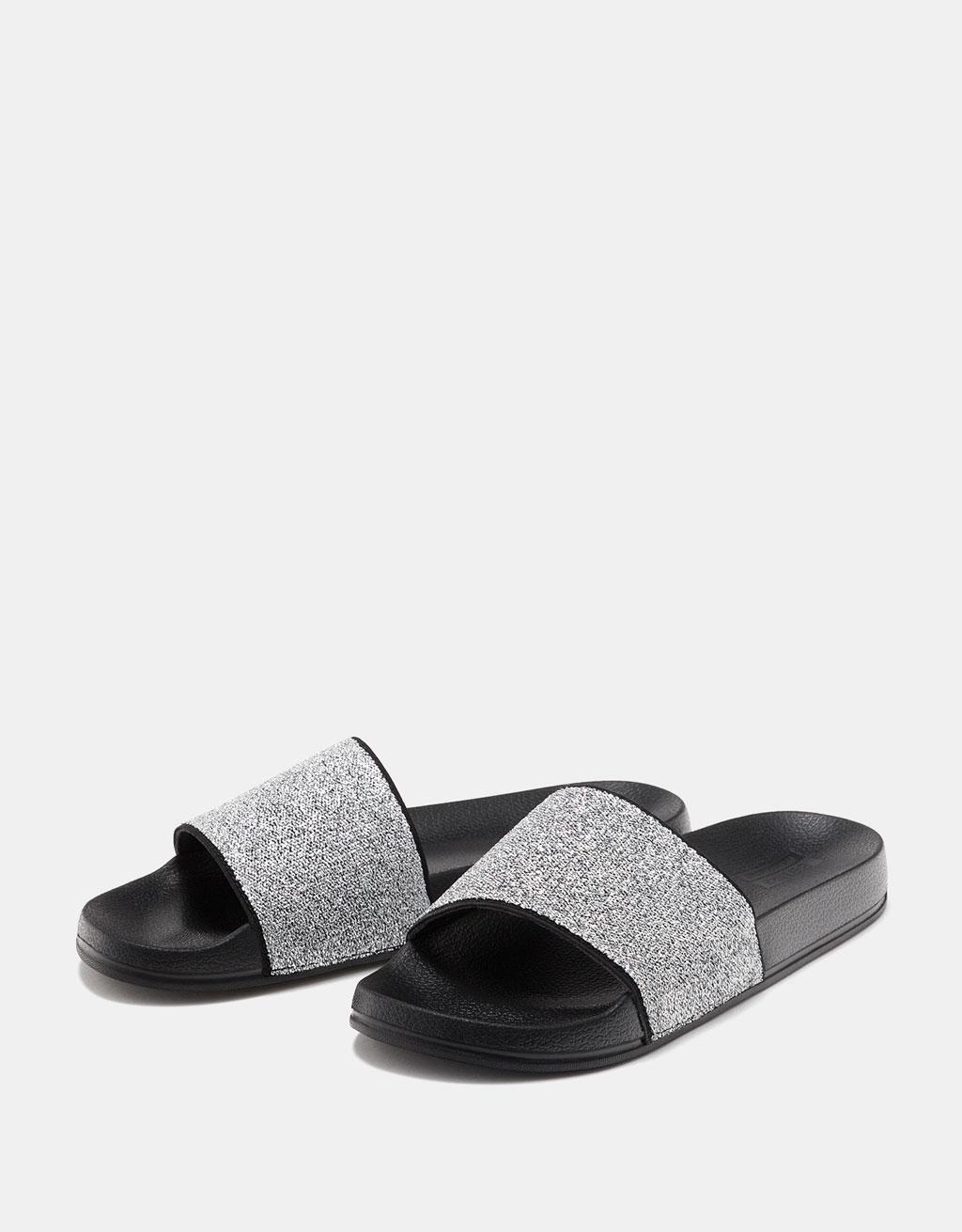 Lage glanzende sandaal