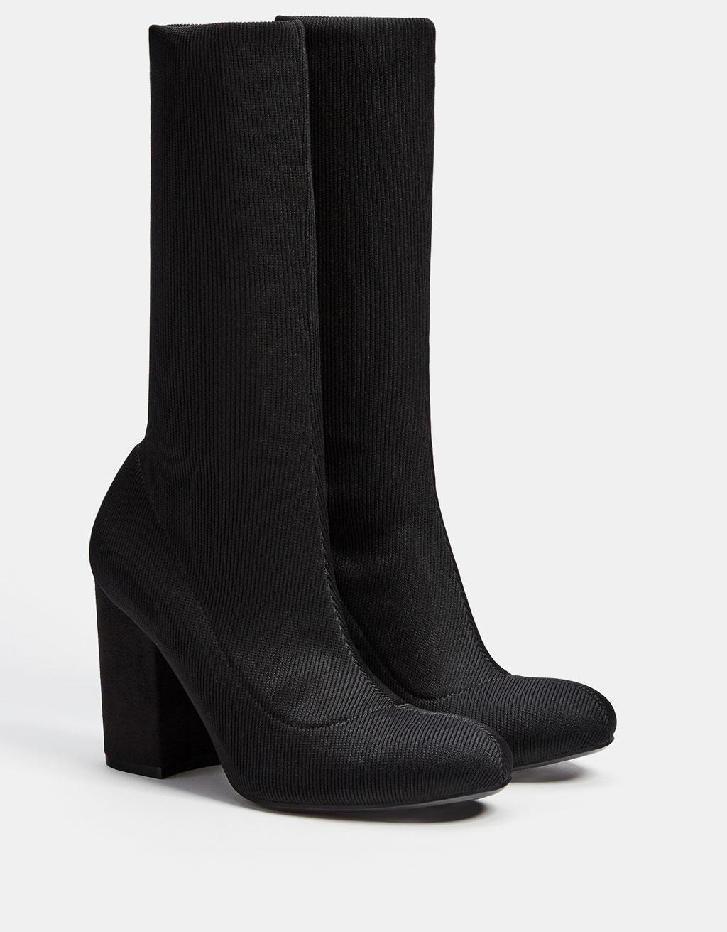 Stiefelette mit hohem Absatz mit Socken