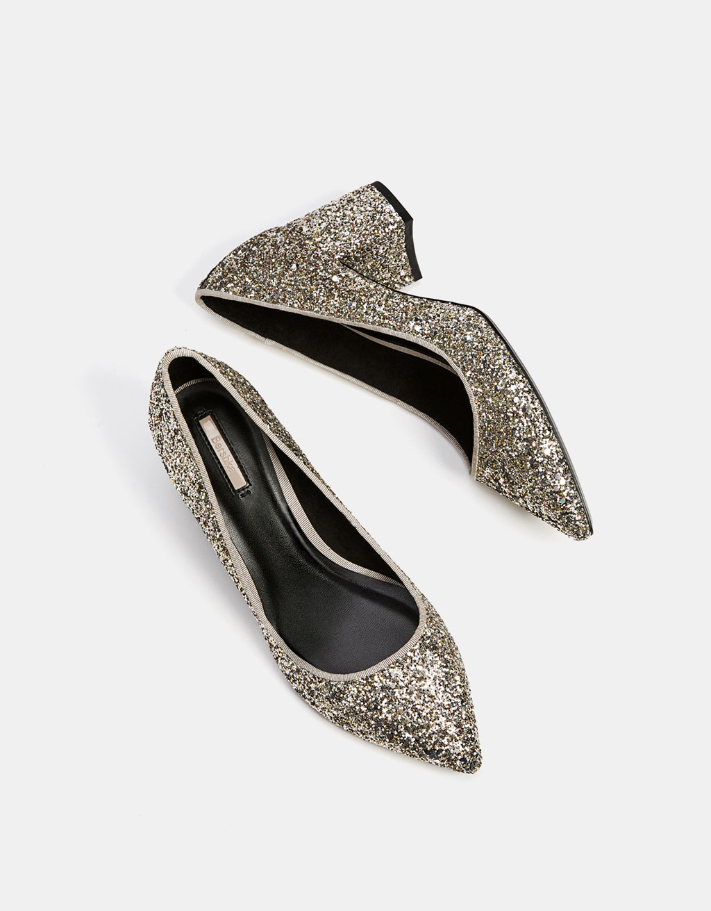 Glänzender, spitz zulaufender Schuh mit halbhohem Absatz.