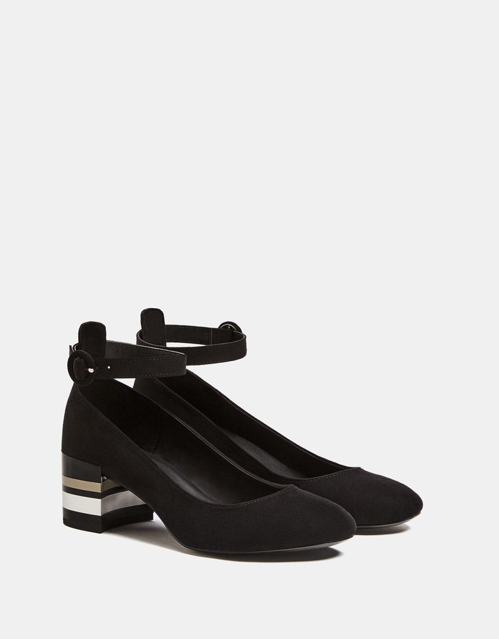 Schoen met glanzende halfhoge hak en enkelbandje