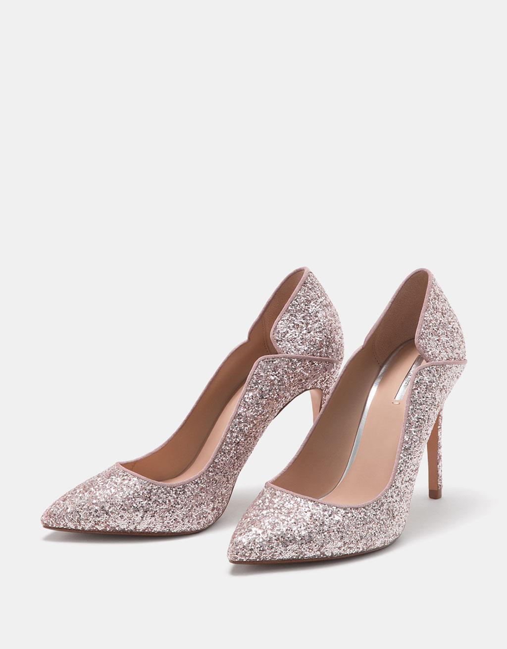 Glänzende Schuhe mit feinem Absatz.