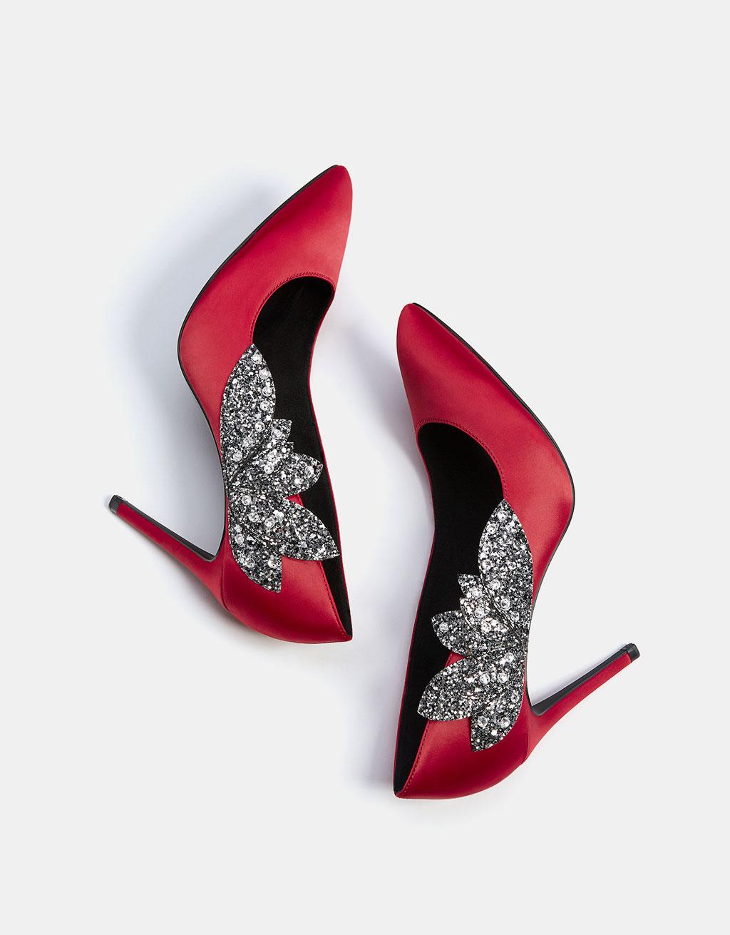 Schuh mit feinem Absatz aus Satin mit Schmucksteinen.