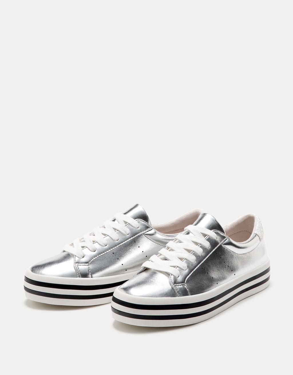 Sneaker in Metallic-Optik mit kombinierter Sohle