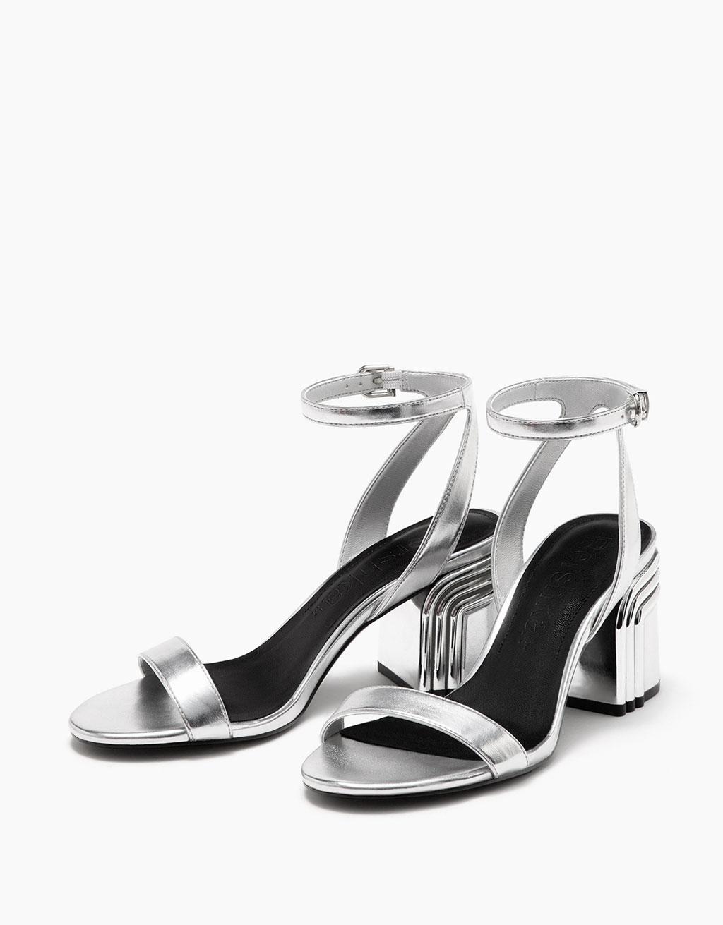 Sandale mit mittelhohem Absatz, dreifarbigem Detail und Metallic-Finish