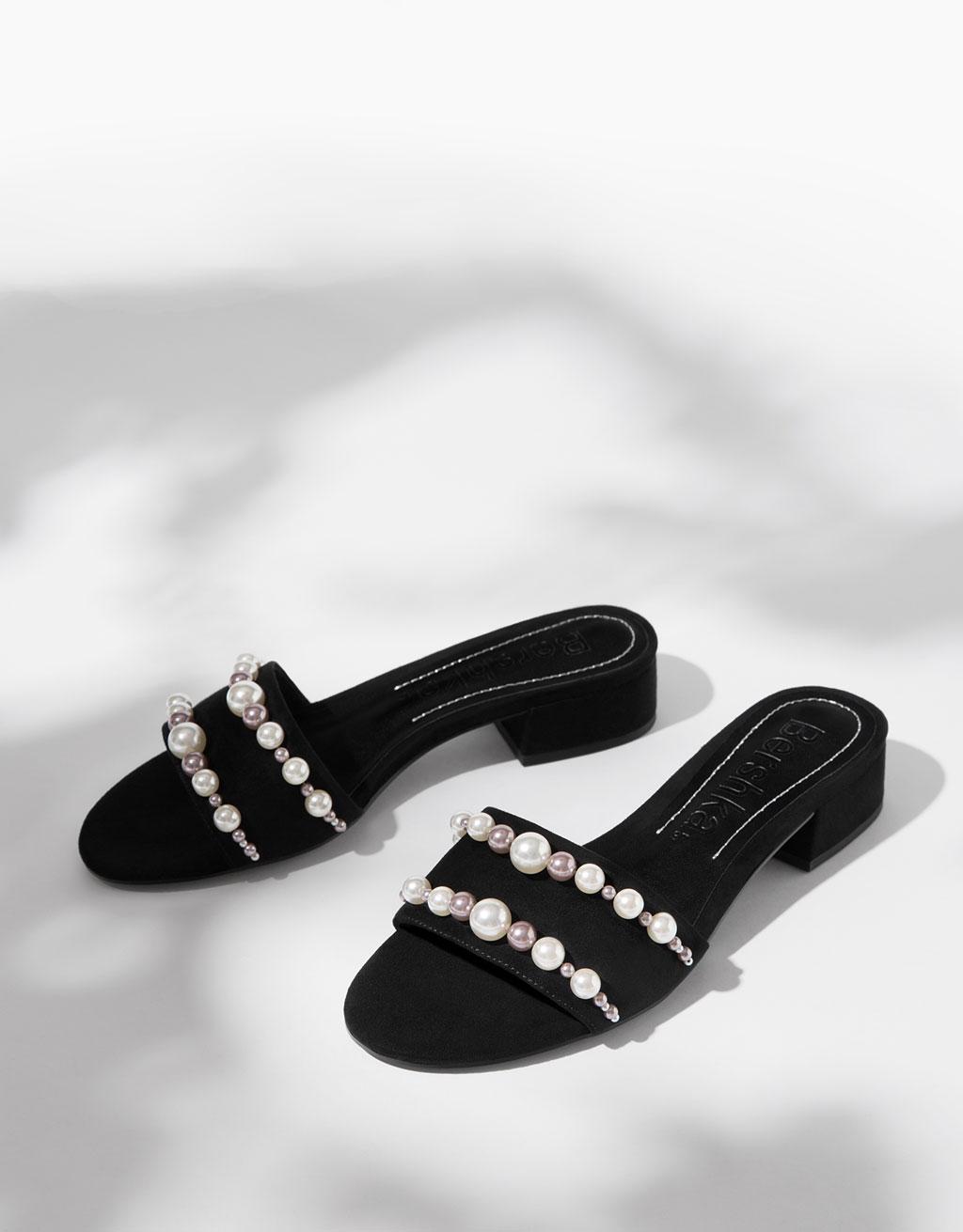 Sandaal met lage hak en parels