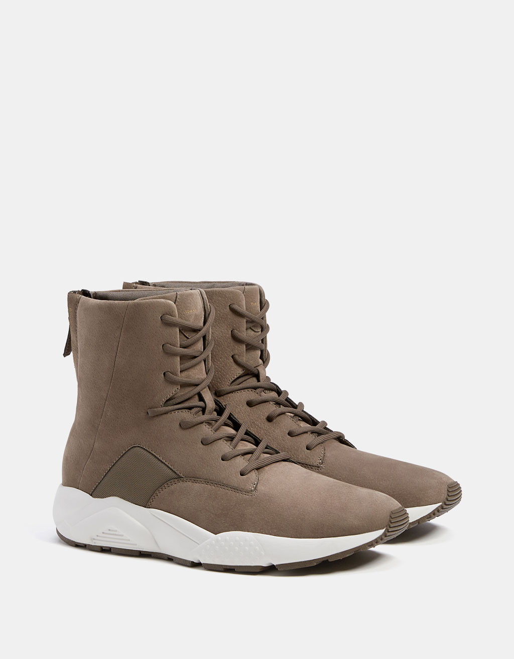 Men's sporty boots with contrasting technical soles