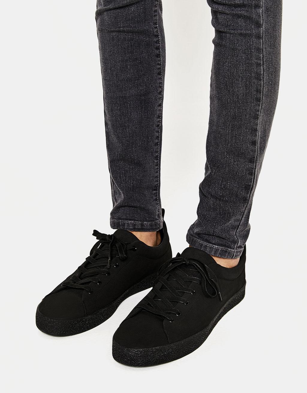Zapatilla negra suela textura hombre