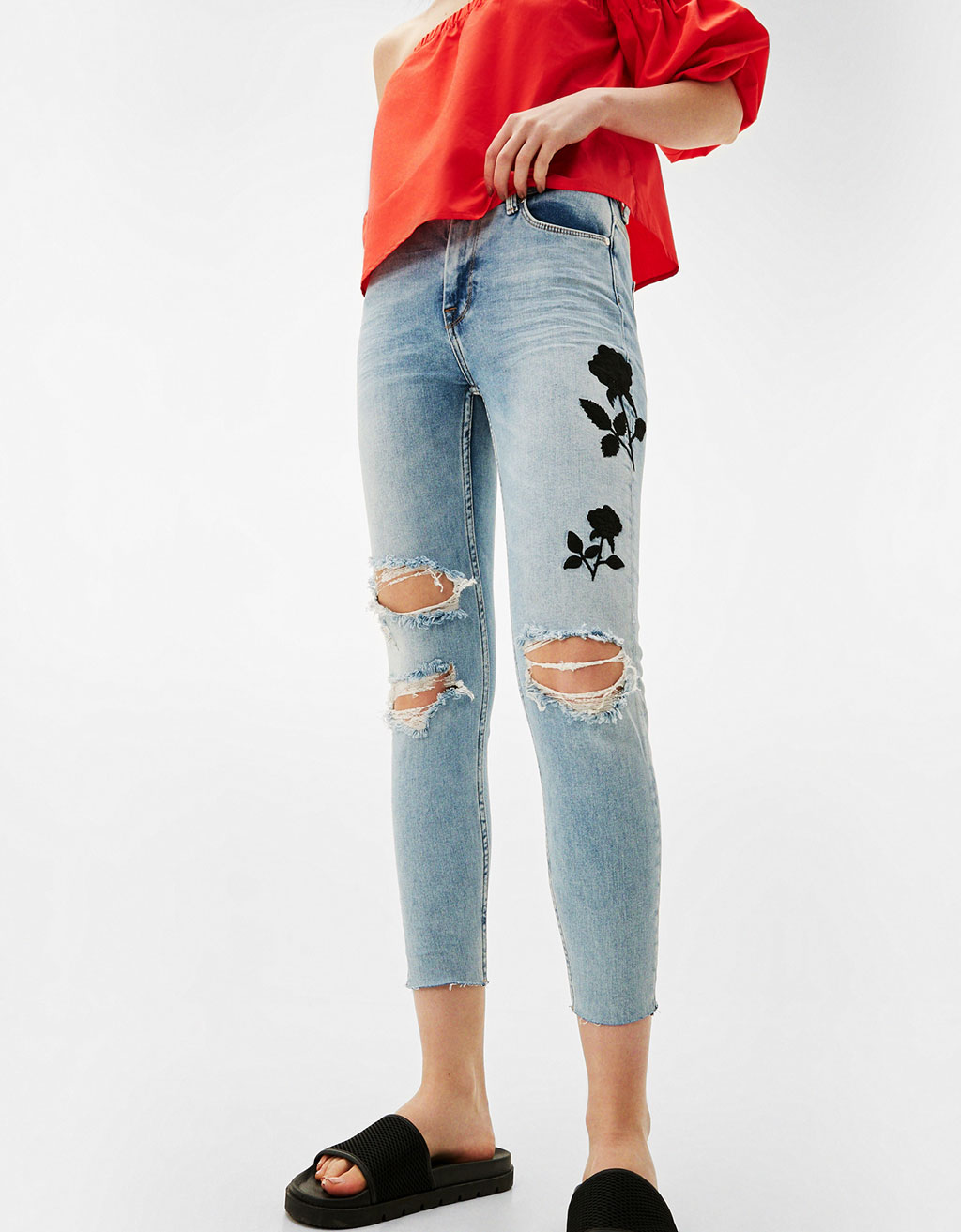 Skinny jeans with black embroidered rose