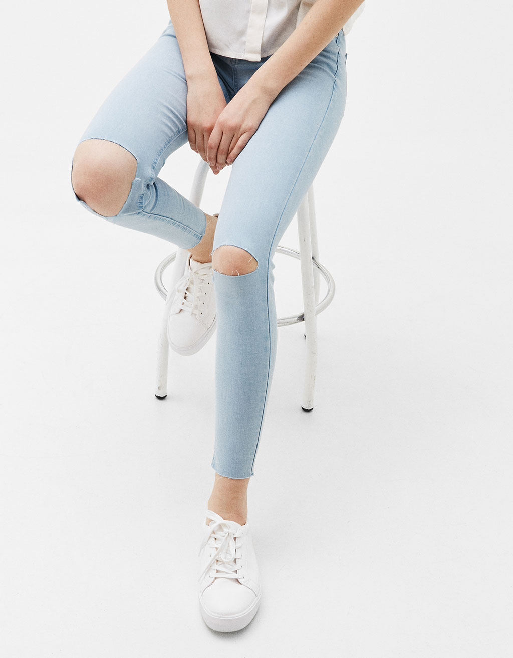 Skinny Fit cropped jeans with knee slits