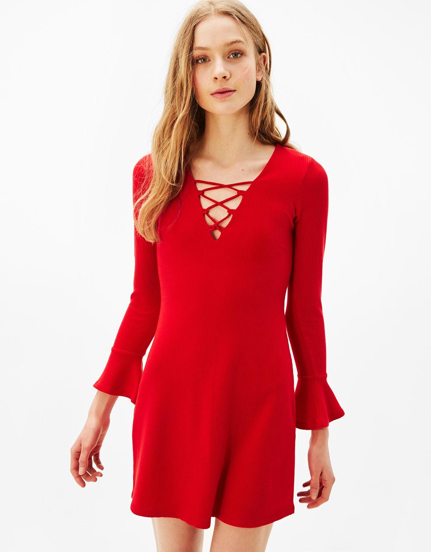 Rippstrick-Kleid mit Schleife am Ausschnitt und Glockenärmeln