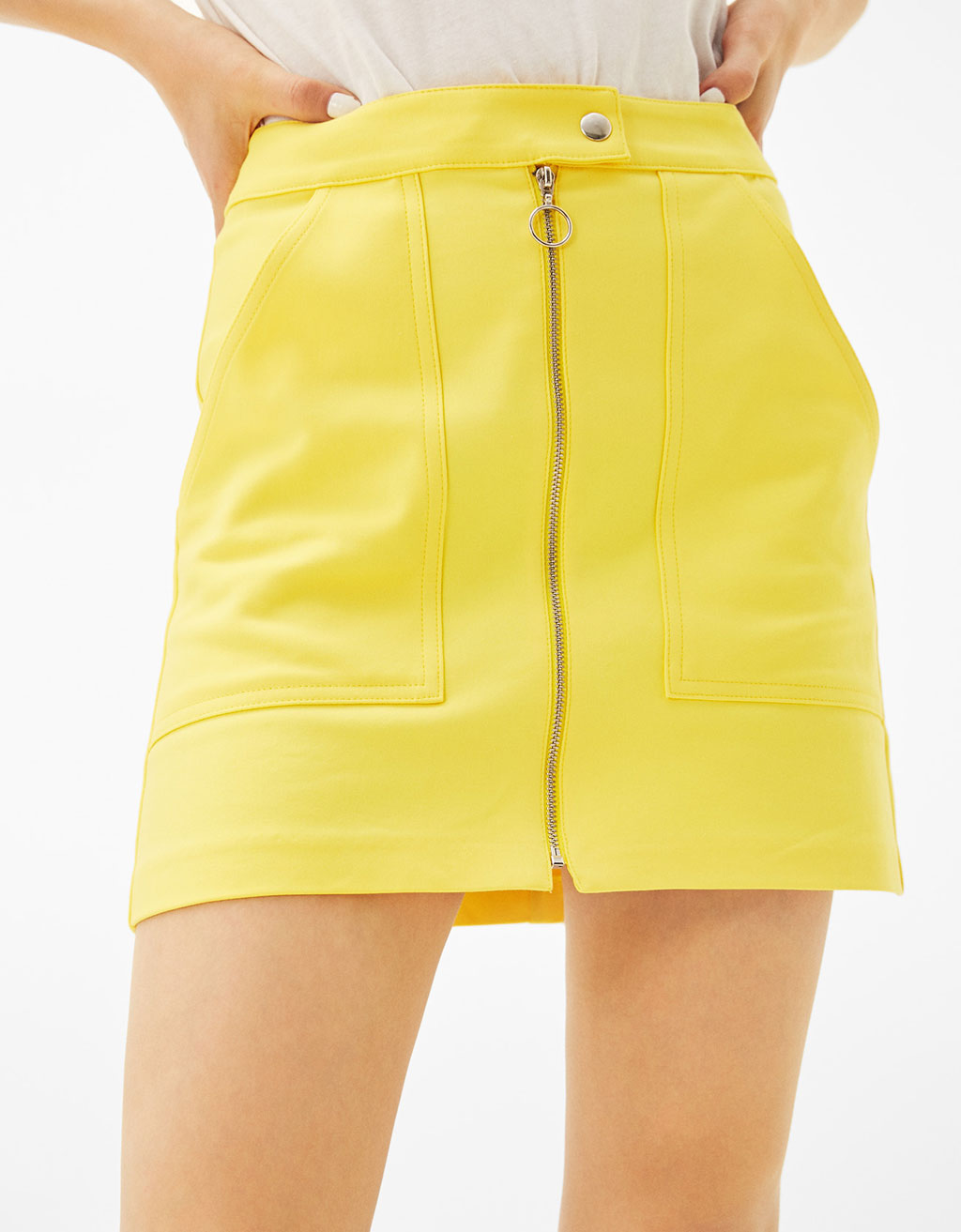 Short skirt with pockets and zips