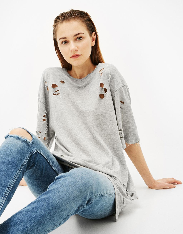 Langes Sweatshirt mit Rissen