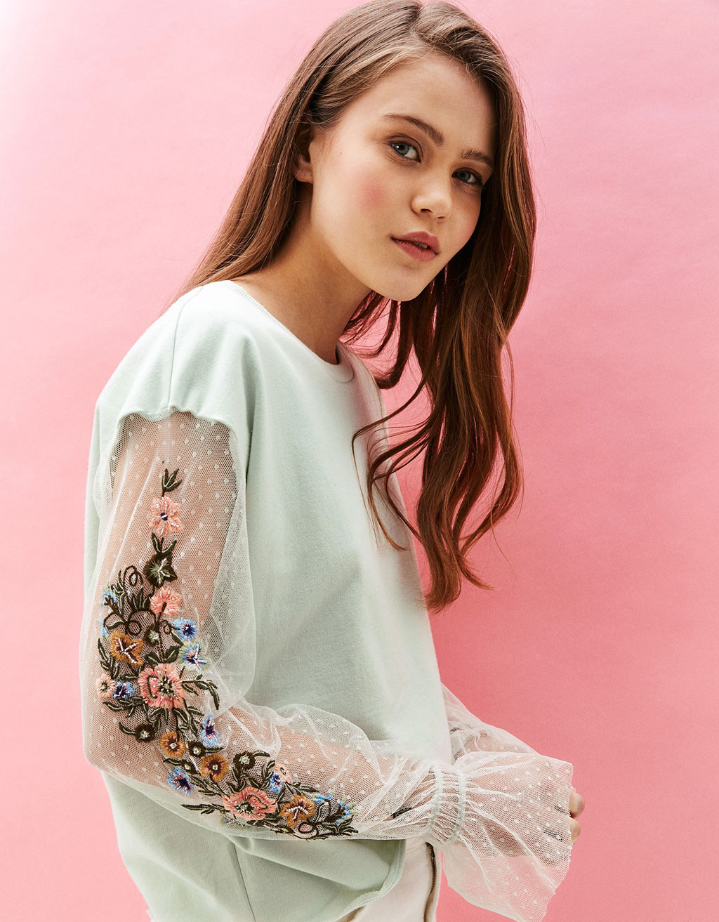 Sweatshirt with flowers embroidered on the sleeves