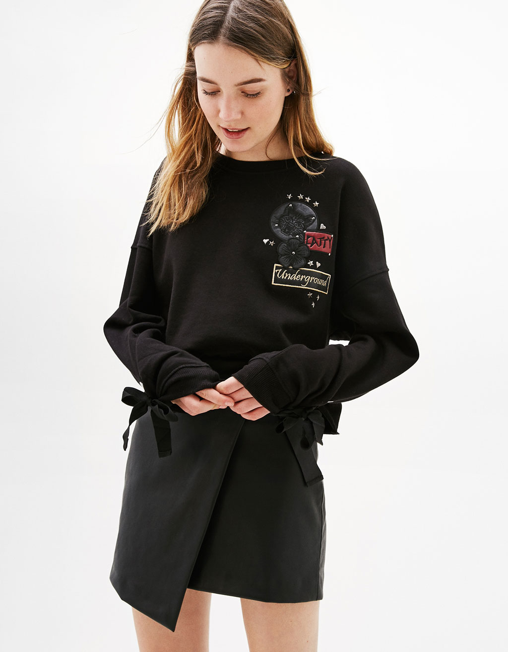 Cropped sweatshirt with patches and sleeves with bow