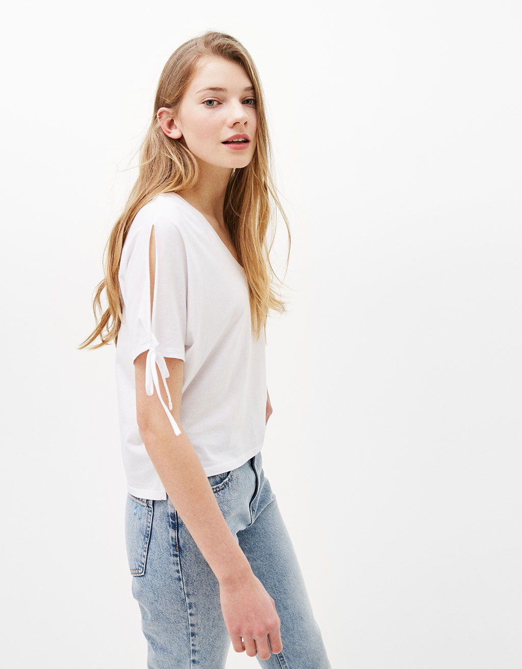 Cropped T-shirt with details on sleeves