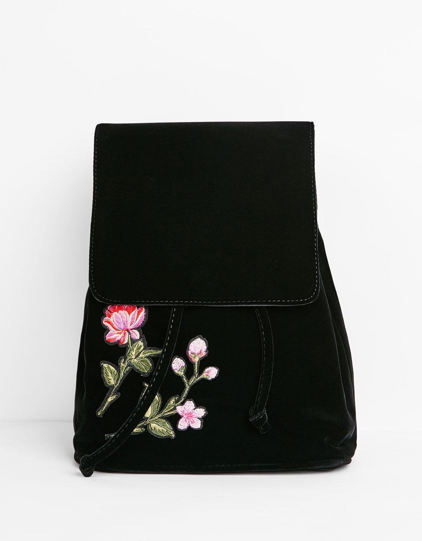 Aksamitny plecak z naszywkami
