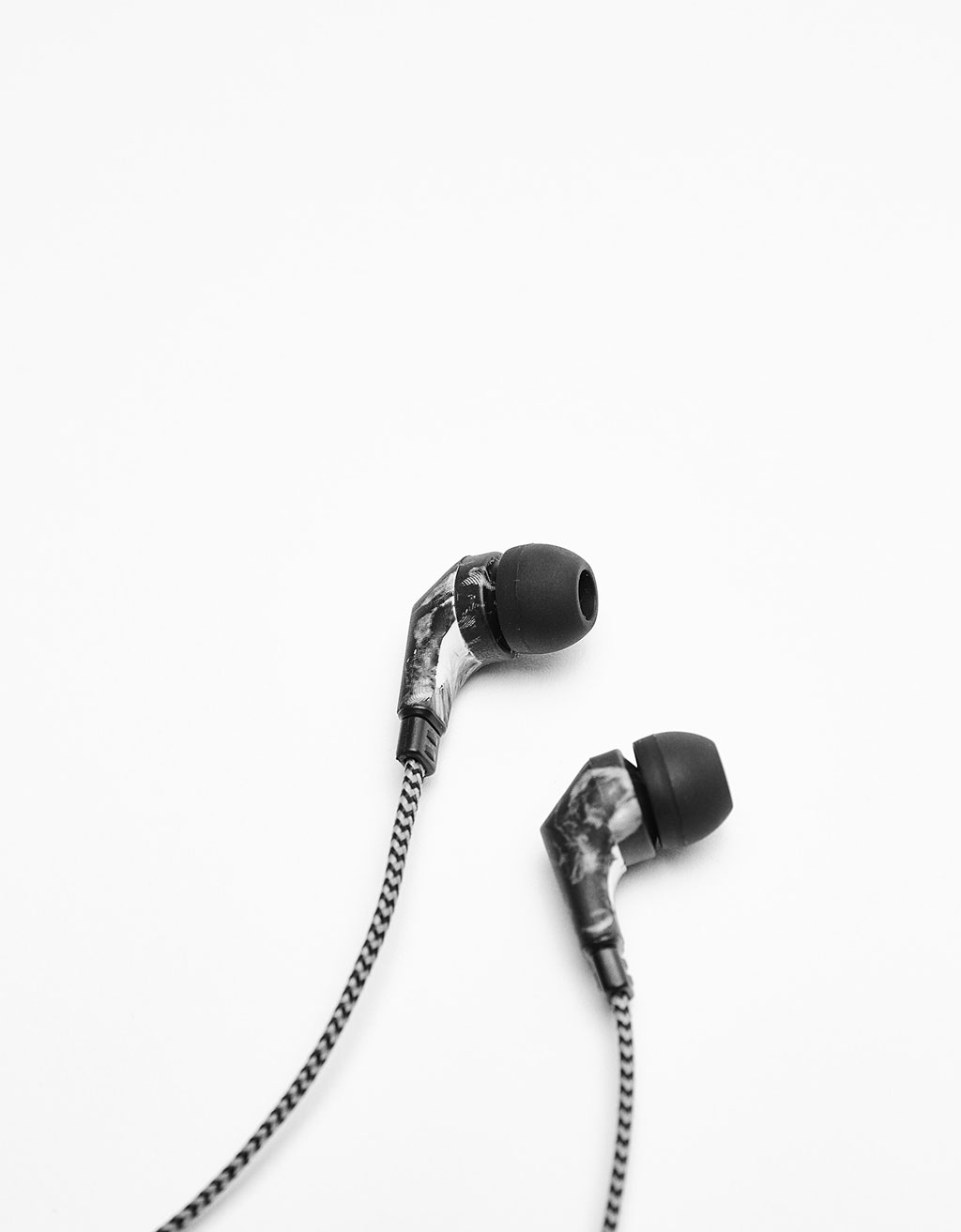 Marble-effect earphones