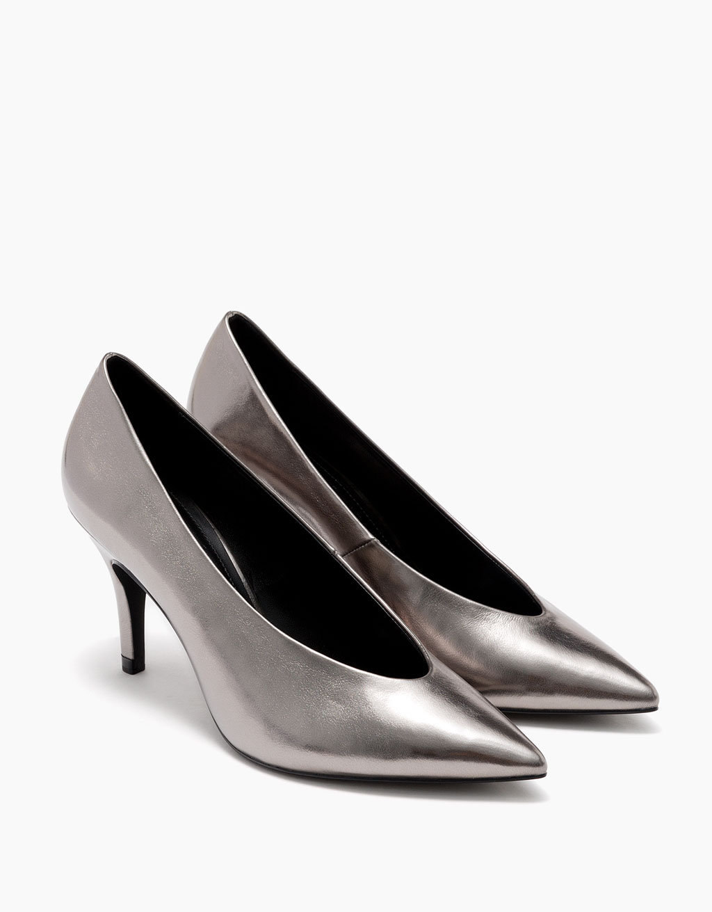 High-heel shoes with pointed toe and metallic V neck