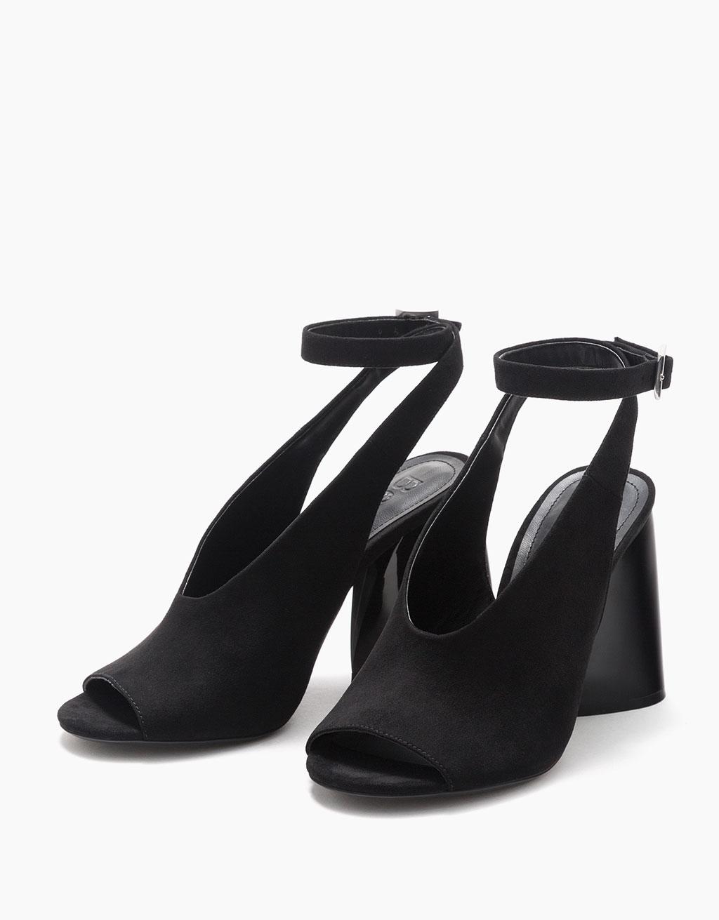 Sandaalit epäsymmetrisellä keskikorkealla korolla