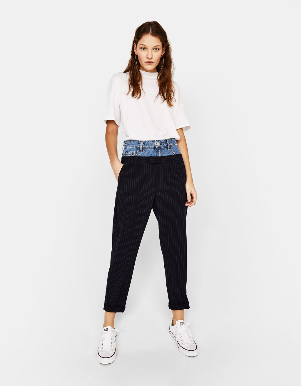 Priglundančios kelnės su džinsine detale