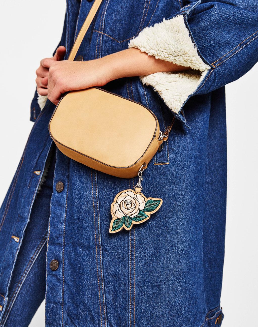 Handbag with a flower keyring