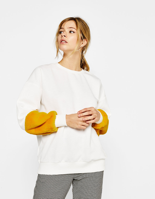 Sweatshirt with faux fur sleeves