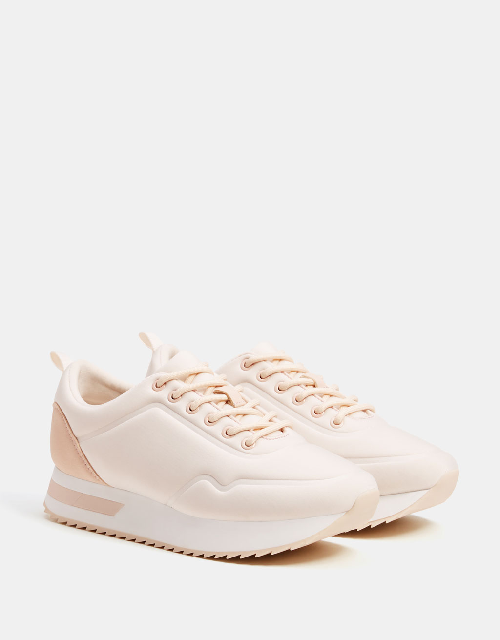 Buty sportowe na podeszwie z technicznego materiału