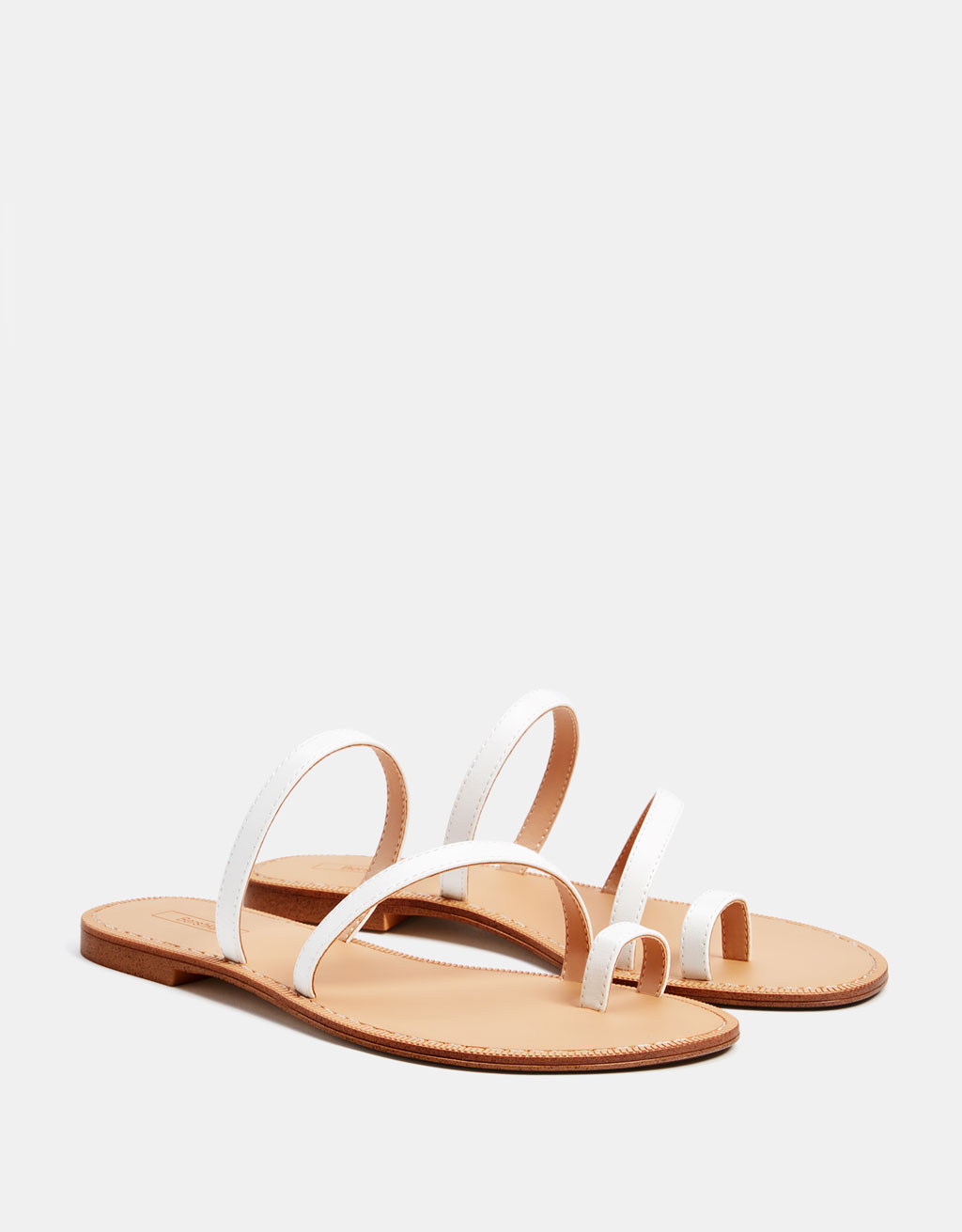 Flat sandal with straps
