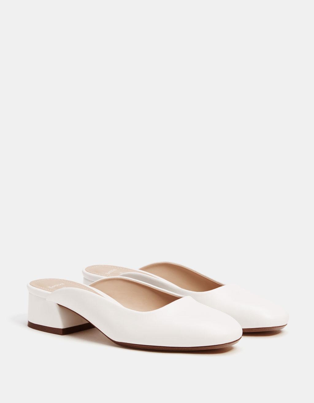 Chaussures blanches ouvertes à l'arrière
