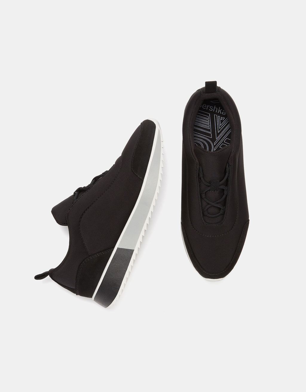 Contrasting sneakers with two-tone sole