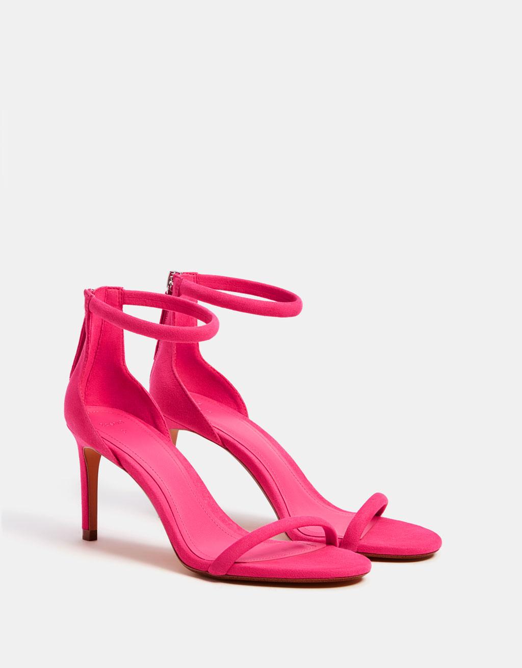 Sandal med hæl og rund ankelrem